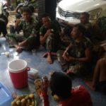 Kebersamaan TNI dan Warga Tercermin saat Momen Indah Makan Bersama