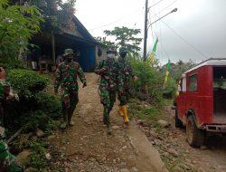 Satgas TMMD Lakukan Penyemprotan di Jalan Masuk Rumah Warga Desa Siuhom, Tapsel.